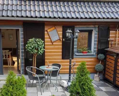 Kleine Terrasse mit Zugang zur Ferienwohnung