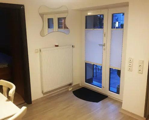 Essplatz – Vorterrasse – Schlafzimmer 3 (li.) – Ferienhof Kaiser Herrieden
