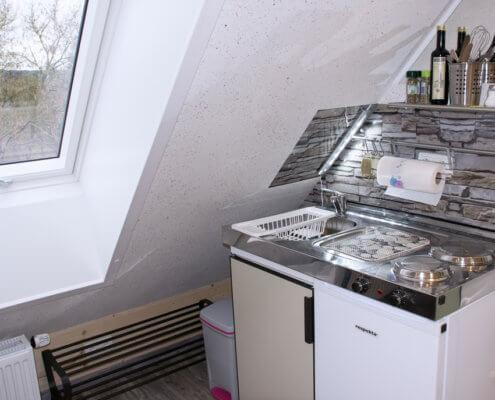 Einelzimmer 1 – Kochen mit Ausblick – Singleküche + Kühlschrank