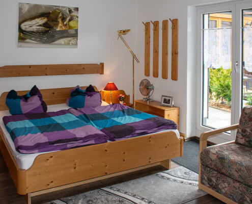 Schlafzimmer 2 mit Zugang zum begrünten Hinterhof